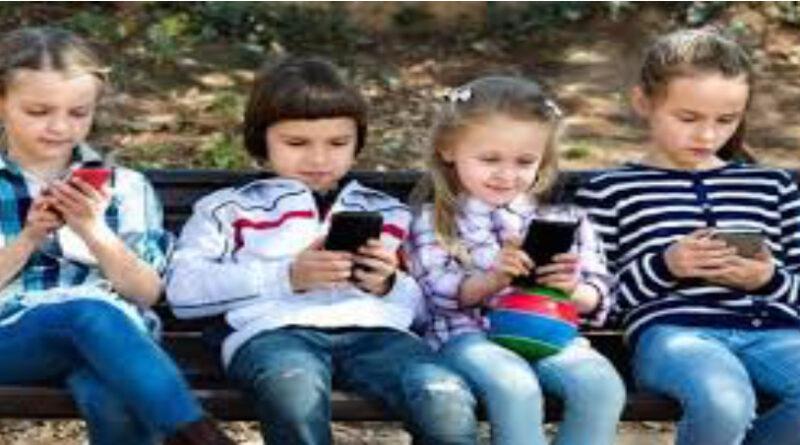 """La proposta del sottosegretario Zampa: """"Vietare lo smartphone ai bambini"""""""