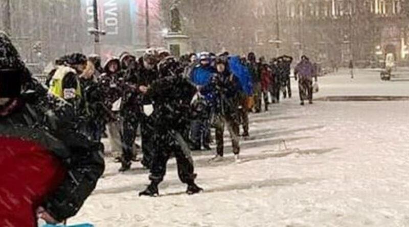 REGNO UNITO:La foto scioccante di 200 in coda per la mensa dei poveri nella neve pone il problema dei senzatetto